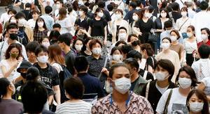 東京・渋谷を歩く人たち=11日午後