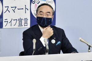 新型コロナ感染者について会見する飯泉知事=14日、県庁