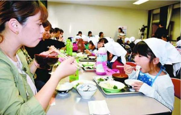 「なかよし朝食会」に参加した親子ら=阿波市阿波町の伊沢公民館