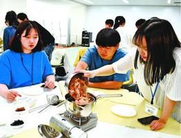 みそ汁をつくる留学生ら=徳島市の徳島大常三島キャンパス