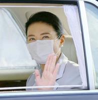 「給桑」作業のため、皇居に入られる皇后さま=29日午後、半蔵門(代表撮影)