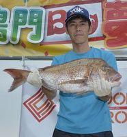 4・2キロのタイを釣り上げて優勝した吹田さん=鳴門市の亀浦観光港
