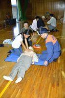 災害に備え心肺蘇生法を学ぶ参加者=藍住町の藍住東中学校
