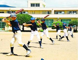 練習再開後、チームメートと並んで素振りする柿原スポーツ少年団のメンバー=阿波市の柿原小