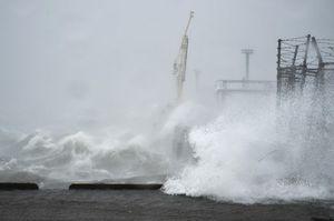 高波が押し寄せる岸壁=15日午前10時半ごろ、徳島市東沖洲