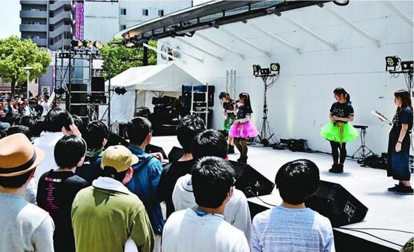 声優のライブで盛り上がる会場=徳島市の両国橋西公園