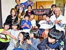 ヤクルト6位指名武岡選手の祖父母、手話で「うれしい」
