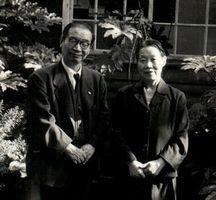 晩年の賀川豊彦とハル夫妻。ハルも社会活動家として活躍した=1957年ごろ、東京都世田谷区(賀川記念館提供)