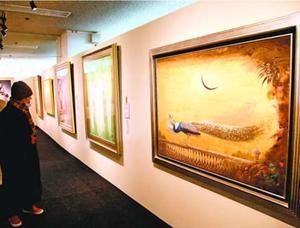 日本美術院同人作家の作品に見入る来場者=徳島市のそごう徳島店