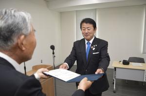 当選証書を受け取る藤田氏(右)=美馬市役所