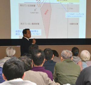 原発の地震対策などについて語る岡村特任教授=徳島市の県教育会館