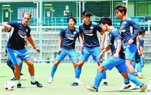 今季初の3連勝に向け、球際の攻防を意識した練習に励む徳島の選手=徳島スポーツビレッジ