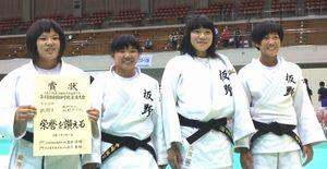 柔道女子団体で決勝トーナメントに進出した板野の選手=福岡国際センター