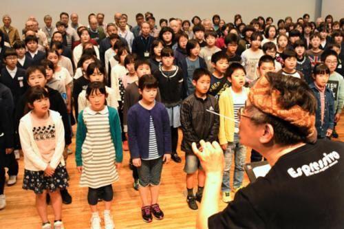 練習する鳴門市内の小学校児童の合唱団