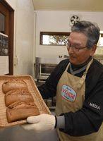 シベリア抑留者が食べた黒パンを売り出した田渕さん=鳴門市大麻町桧のパン工房
