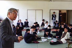 「神山創造学」の初授業で、大南理事長(左端)の話を聞く生徒=神山町の城西高校神山分校