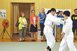 柔道部の練習を見学するダルズ市の交流親善団=三好市東祖谷の東祖谷中学校