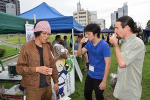 相生晩茶の試飲で来場者に説明する高橋さん(左)=徳島大常三島キャンパス