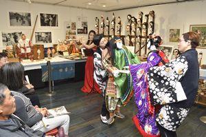 フルート演奏に合わせて人形を巧みに操る会員ら=徳島市シビックセンター