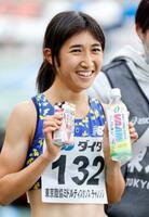 女子1500メートルで快勝し、笑顔を見せる田中希実=駒沢陸上競技場