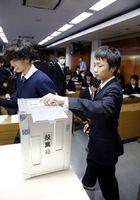 模擬選挙を体験する学生=阿南市の阿南高専