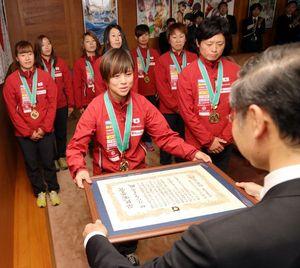 飯泉知事(右)から賞状を受け取るザ・リバーフェイスの水澤主将(中央)=県庁