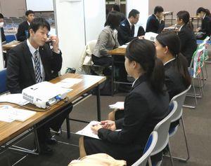 採用担当者(左端)から話を聞く学生ら=大阪市のマイドームおおさか