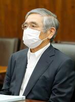 オンライン形式で大阪の企業経営者らとの懇談に臨む日銀の黒田総裁=23日午後、日銀本店