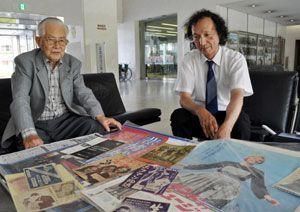 戦後70年をテーマにした映画ポスター・資料展を開く篠原さん(左)ら=徳島新聞社