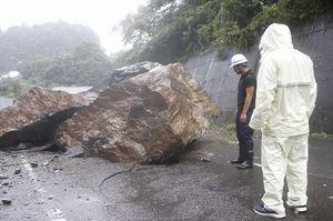 落石による被害を確認する県職員=15日午前、つるぎ町貞光の県道端山調子野線