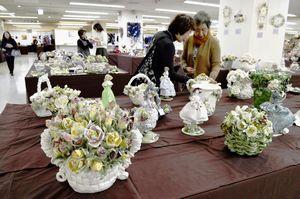 西洋陶器やフラワーデザインなどの手工芸品1200点以上が並べられた創作展=徳島市のそごう徳島店