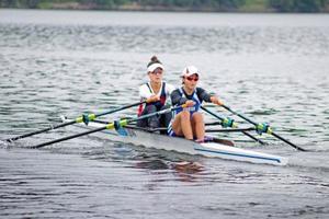 ボートの日本代表チームの強化合宿で、ダブルスカルの練習をする軽量級女子の冨田千愛(手前)と大石綾美=3日、福井県内