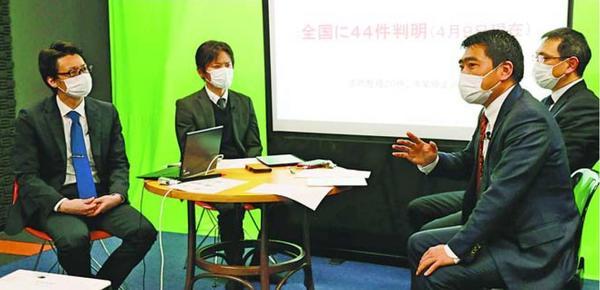 新型コロナウイルスの影響で困窮する人たちの相談に応じる「チームひとざい」のメンバー=徳島市のスタジオ