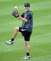 キャッチボールで笑顔を見せるヤンキース・田中=ニューヨーク(USA TODAY・ロイター=共同)