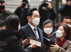 18日、ソウル高裁に出頭するサムスングループ経営トップのサムスン電子副会長、李在鎔被告(共同)