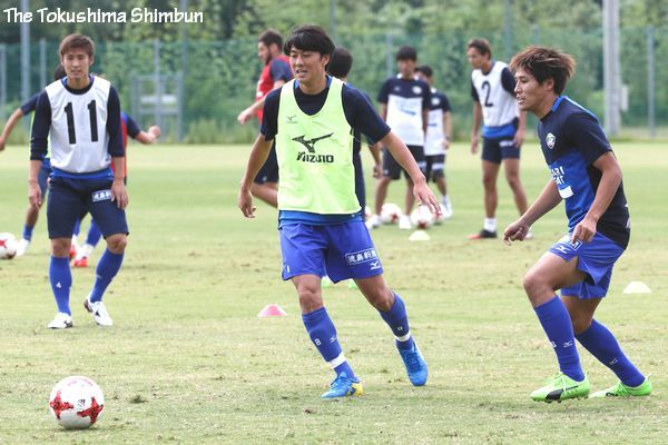 岡山戦に向けて練習に取り組む徳島の選手たち=徳島スポーツビレッジ