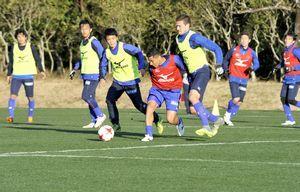 実戦形式のミニゲームでボールを競り合う徳島の選手=宮崎県総合運動公園ラグビー場