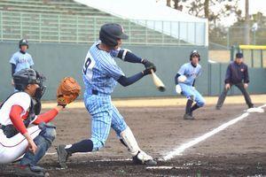 徳島北対阿波 4回裏、徳島北1死三塁から坂井の右翼線三塁打で2―1と勝ち越す=鳴門オロナミンC球場