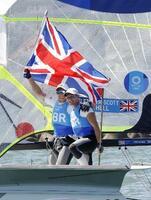 男子49er級で優勝した英国のディラン・フレッチャー(右)とスチュアート・ビセル組=江の島ヨットハーバー沖