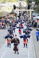 葛城神社の例大祭で勇壮に練り歩くやっこ行列「おねり」=鳴門市北灘町の同神社