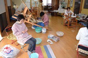 太布の製造に取り組む伝承会員=那賀町和無田の太布庵