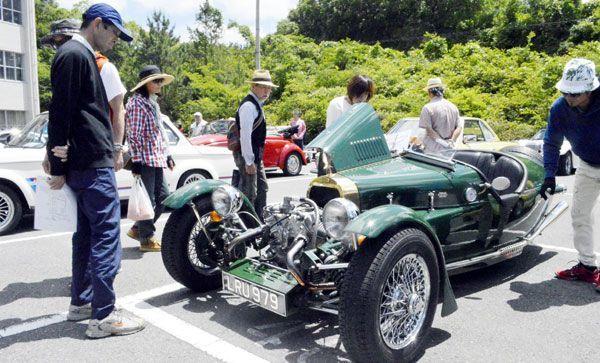 懐かしの名車を見つめる来場者=板野町の徳島工業短期大