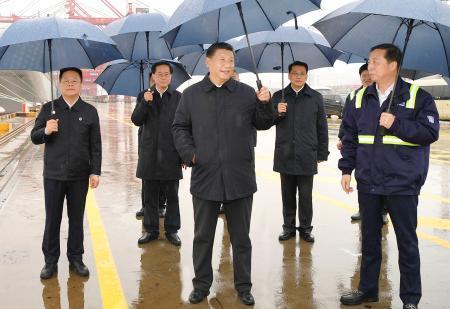 中国浙江省の港湾施設を視察する習近平国家主席(中央)=3月(新華社=共同)