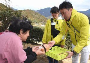 サービスの実証実験で、高齢者に弁当を届ける丸山代表(右端)ら=神山町上分