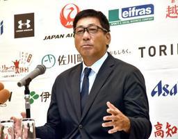 記者会見する四国アイランドリーグplus高知の駒田徳広監督=12日、高知市内