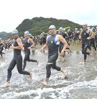 スタートの合図で、勢いよく海に入る選手たち=美波町日和佐浦の大浜海岸