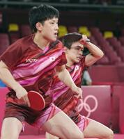男子団体準々決勝 スウェーデン戦の第1試合でプレーする丹羽孝希(奥)、張本智和組=東京体育館