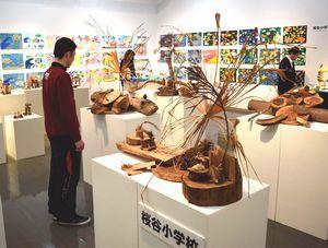 那賀町の小学生の作品が並ぶこどもアート展=相生森林美術館