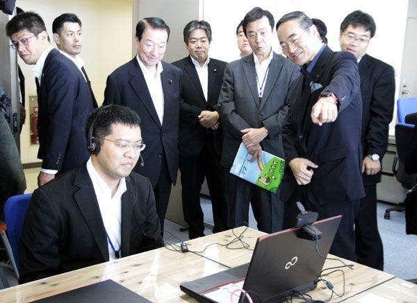 消費者行政新未来創造オフィスを視察する江崎担当相(後列左から3人目)=県庁