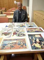 自身の浮世絵コレクションの一部を初公開する麻植さん=徳島市立木工会館